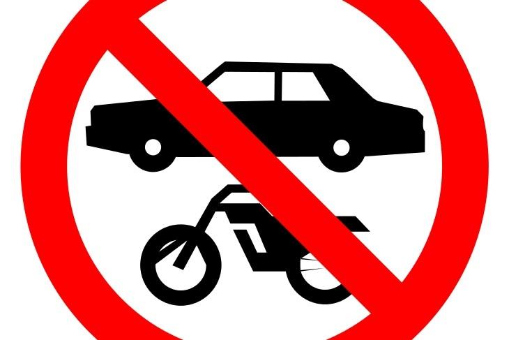 Señal de prohibido vehículos en el taller de automoción